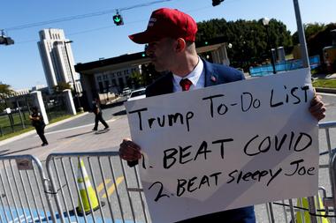 Los partidarios del presidente de Estados Unidos, Donald Trump, sostienen carteles frente al Centro Médico Militar Nacional Walter Reed el 5 de octubre de 2020 en Bethesda, Maryland, donde se encuentra internado por coronavirus