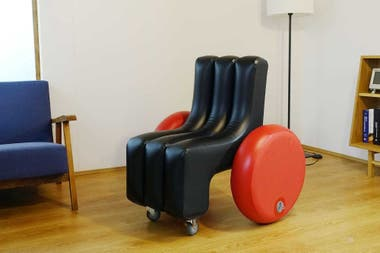 Poimo es una plataforma de soft mobility que también desarrolló un prototipo de silla de ruedas inflable equipada con un motor eléctrico