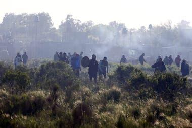 Tensión en Guernica: duros enfrentamientos entre la policía y ocupantes de la toma en pleno desalojo