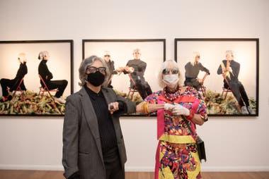 Codo a codo: Gabriela Rangel y Marta Minujín (con la mirada cómplice de Andy Warhol), durante el recorrido de esta mañana