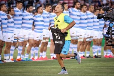 Nicolás Fernández Miranda retira la camiseta que los All Blacks le ofrendaron a los Pumas en respeto por la muerte de Diego Maradona
