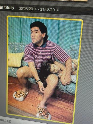 Maradona, con Gianinna acostada sobre su zurda mágica, en la intimidad de su hogar. Foto: @gianmaradona