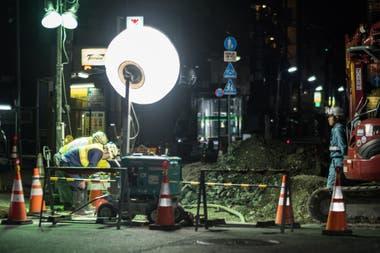 Trabajadores en la calle de Tokio, en su jornada nocturna