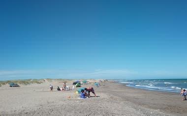 El hotel está enterrado a pocos metros de la playa conocida como El Remanso