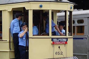 Los aficionados al histórico tramway quieren protegerlo con una parada que sirva como refugio de los coches