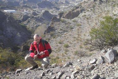 Carlos Herrmann en el distrito minero Farallón Negro, provincia de Catamarca, observando con una veta y una lupa si una veta contiene mineral