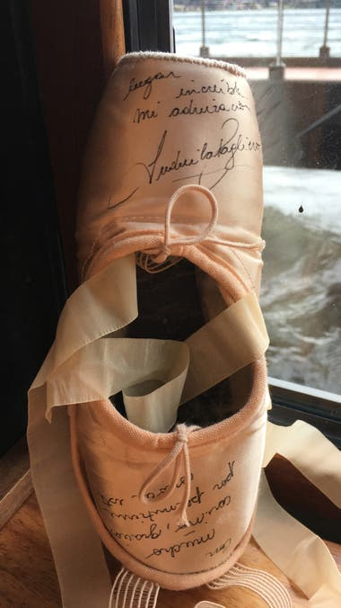 Las zapatillas que usó Ludmila Pagliero en su última función en el Teatro del Lago, dedicadas, para el pequeño museo de memorabilia que armaron en el lugar