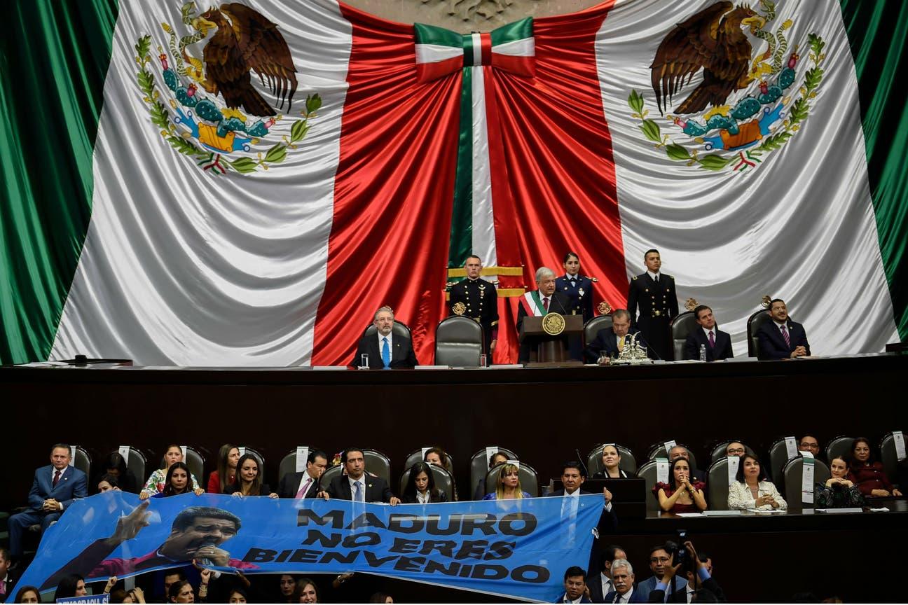 Los legisladores lo abuchearon cuando lo mencionó López Obrador, durante su toma de posesión; el presidente venezolano no estaba presente en el acto