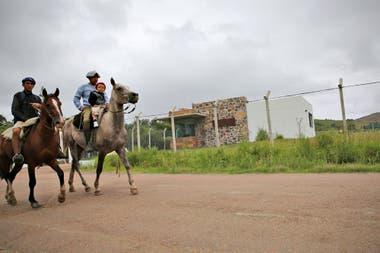 Vecinos de la zona a caballo, cerca del segundo acceso a la finca