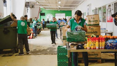 El Banco de Alimentos de Buenos Aires selecciona aquellos que no van a comercializase para que no sean descartados