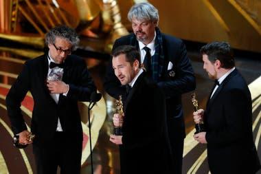 Paul Lambert, Ian Hunter, Tristan Myles y J.D. Schwalm aceptan el Oscar por mejores efectos especiales por First Man