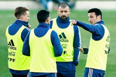 Scaloni y cuerpo técnico en el segundo día de entrenamiento en Madrid.