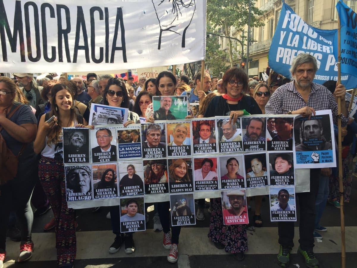 """""""Libertad a los presos políticos"""": el reclamo de las esposas de Boudou y De Vido en el Día de la Memoria"""