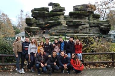 En un parque en Nancy, en el oeste francés, los chicos del Mariano Acosta junto con los franceses que los recibieron
