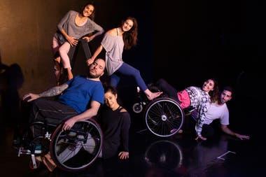 Los bailarines de Danza sin Fronteras (de izq. a der.) Lucrecia Rossetto, Mariano Landa, Candelaria Iocco, Giovanna Carimati, Gabriela Torres y Pablo Pereyra durante uno de los ensayos.
