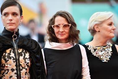 Martel celebra la presencia femenina en el jurado de la Mostra; en la foto, junto a la actriz francesa Stacy Martin y la directora canadiense Mary Harron, durante la apertura del festival