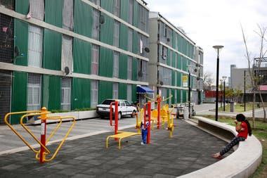 Zona de juegos junto a los nuevos edificios