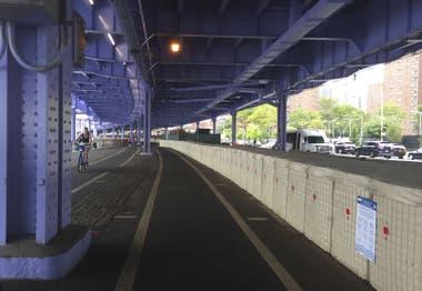 Debajo de los puentes se erigieron paredes de contención, entre otras obras