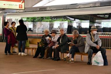 Ancianos esperan en la estación de trenes de Hakone, en Japón