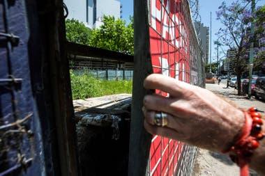 Otro de los cementerios, el segundo que se hizo en Belgrano, está en un terreno baldío, entre las calles Ricardo Balbín y Monroe