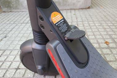 A diferencia de las versiones de alquiler, el scooter de Segway Ninebot de uso personal se puede plegar tras presionar este pequeño pedal