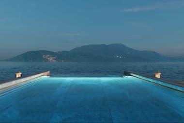 La piscina parece desembocar en el mar abierto