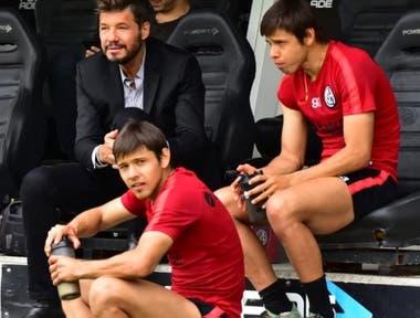 Marcelo Tinelli con los hermanos Romero; el presidente tuvo que calmar las aguas tras los incidentes en el vestuario de Córdoba