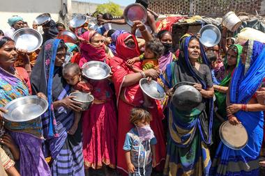 En India las personas se aglomeran para recibir comida en plena pandemia de coronavirus