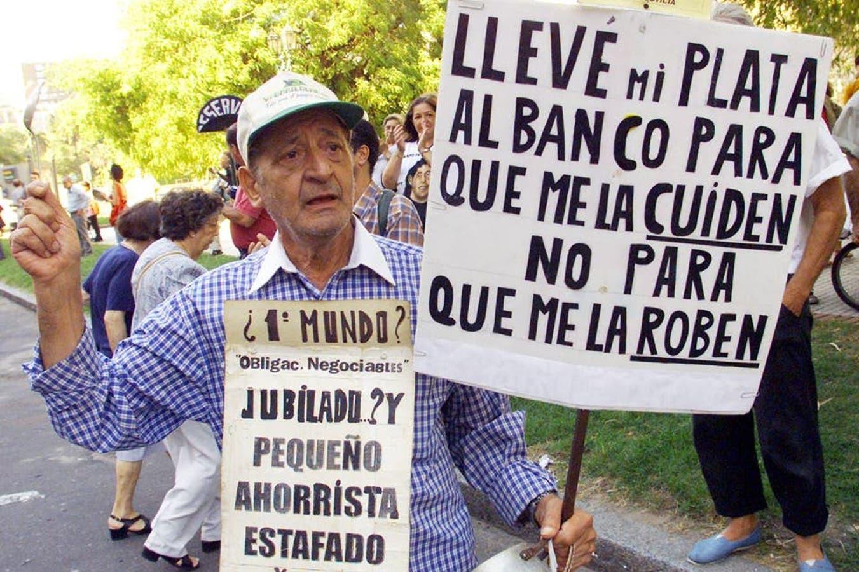 Un ahorrista protestando por la imposibilidad de acceder a su dinero, luego de la imposición del corralito en diciembre de 2001