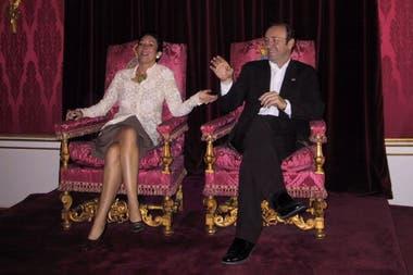 La foto de Ghislaine Maxwell y Kevin Spacey en el trono de la reina Isabel II que humilla a la corona