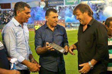 Homenajeado por Mario Leito, presidente de Atlético Tucumán, por llegar a los 100 partidos en el club