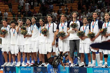 Con la selección nacional recibiendo las medallas de oro en Atenas 2004