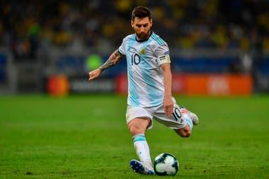"""Lionel Messi suele jugar rodeado por compañeros de buen pie, como Paredes, De Paul, Ocampos y Lautaro Martínez, pero le cuesta generar situaciones de riesgo y """"entendimiento"""" en la selección de Scaloni"""