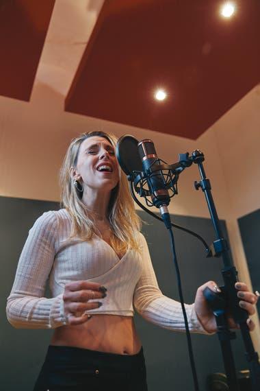 Steffi Romero es docente, fonoaudióloga, cantante y una de las coach que más se lucen en la tele
