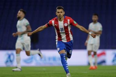 Ángel Romero celebra su gol.