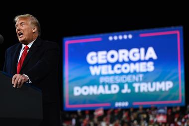 En esta foto de archivo tomada el 5 de diciembre de 2020, el presidente de Estados Unidos, Donald Trump, habla en una manifestación para apoyar a los candidatos republicanos al Senado en el Aeropuerto Regional de Valdosta, en Georgia