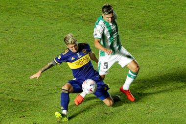 Julio Buffarini lucha por la pelota con Agustín Fontana durante la final de la Copa Diego Maradona.