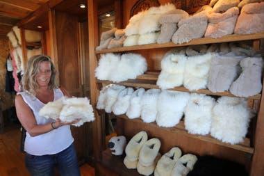 Maria Cerviño vende artesanias en cueros