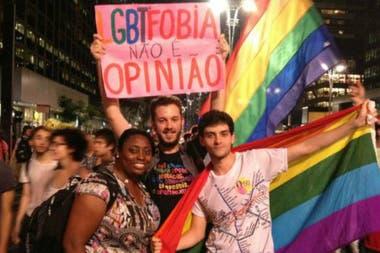 Beso gay en manifestacion homofoba