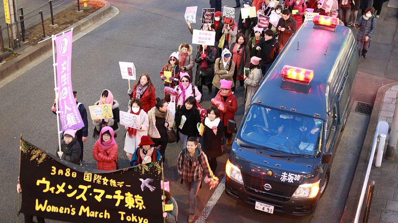 En Tokio las mujeres en el Día Internacional de la mujer, marchan por las calles protestan contra la violencia de género. Foto: AP / Eugene Hoshiko