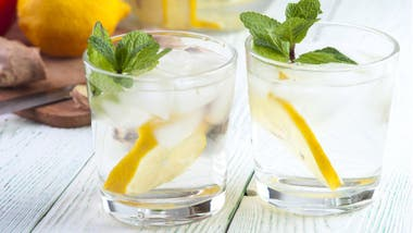 Beber agua con limón entre comidas puede dañar los dientes, dicen los expertos.