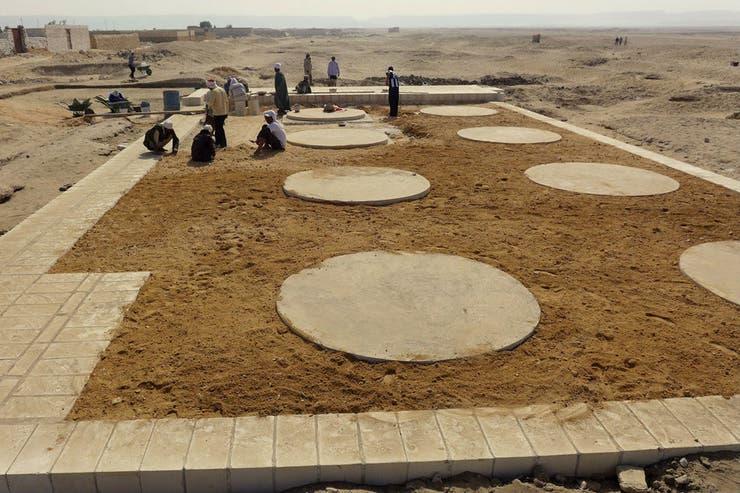 Integrantes de la expedición trabajando en Amarna en el invierno egipcio, cuando las temperaturas son más benignas