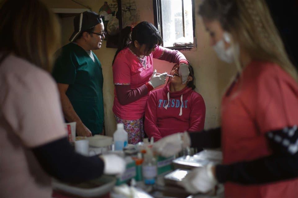 Atención odontológica. El equipo de odontología de Una Gota de Salud atiende a una paciente en el paraje El Abra, cercano a Cruz del Eje