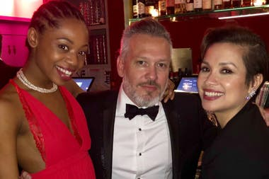Diego Kolankowsky, junto con dos de las actrices de Once on this Island: Hailey Kilgore y Lea Salonga