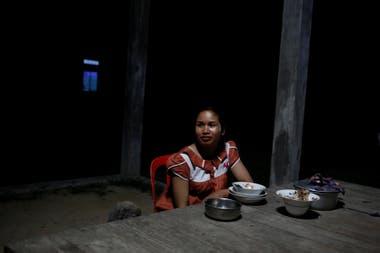 Khen Srey Touch, descansa después de la cena en su jardín en Kampong Speu,