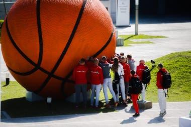 La obra está integrada por cinco balones de fútbol, baloncesto, tenis, voleibol y golf