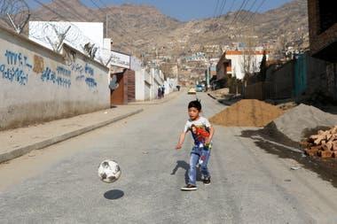 Murtaza Ahmadi, jugando a la pelota en la calle, después de que se hiciera famoso.