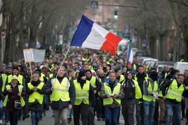 """Manifestación contra el Gobierno de Macron, de los """"chalecos amarillos"""" (gilets jaunes) en Toulouse, al sur de Francia, el 29 de diciembre de 2018."""