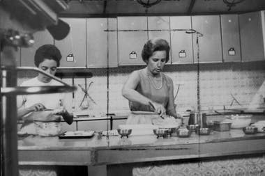 Mamina cocinando, siempre con su collar de perlas