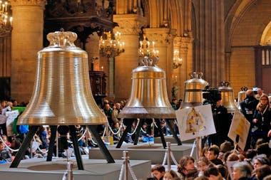 El 2 de febrero de 2013,varias personas se reunieron alrededor de las nuevas campanas de la catedral